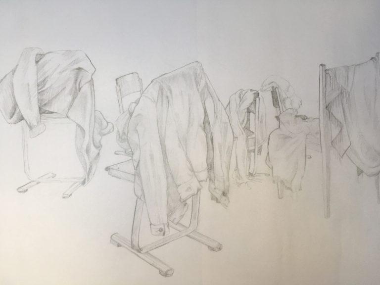 Skizzenbuch Bleistiftzeichnung von Stühlen mit Jacken