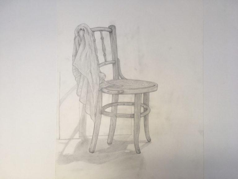 Bleistiftzeichnung vin einem Holzstuhl mit Tuch