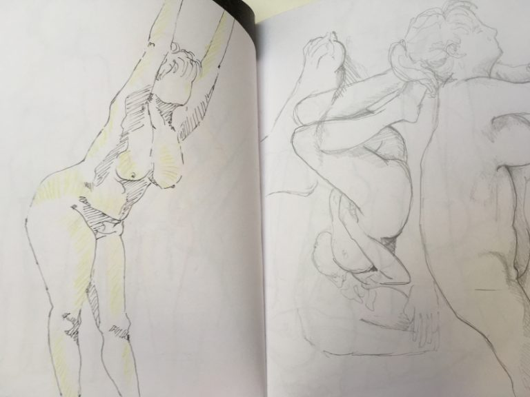 Skizzenbuch Aktzeichnung zeigt drei Damen